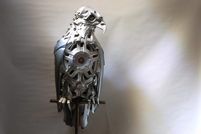 03-Eagle-Ptolemy-Elrington-Hubcap-Creatures-and-other-Car-Parts-Animal-Sculptures-www-designstack-co
