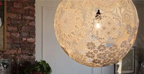 Luminária de renda com cola e balão de festa