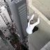 Jovem arrisca a vida para fazer acrobacias em arranha-céus