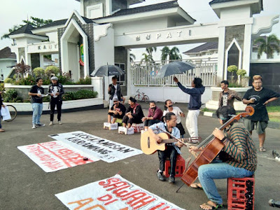 Puluhan Aktivis Lingkungan Aksi Solidaritas Depan Kantor Bupati