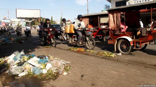 Des piles de déchets, des sacs en plastique, dispersés sur une route près de Derm Market Kor, Phnom Penh, au Cambodge, Photographe par Ouch Nida / VOA Khmer
