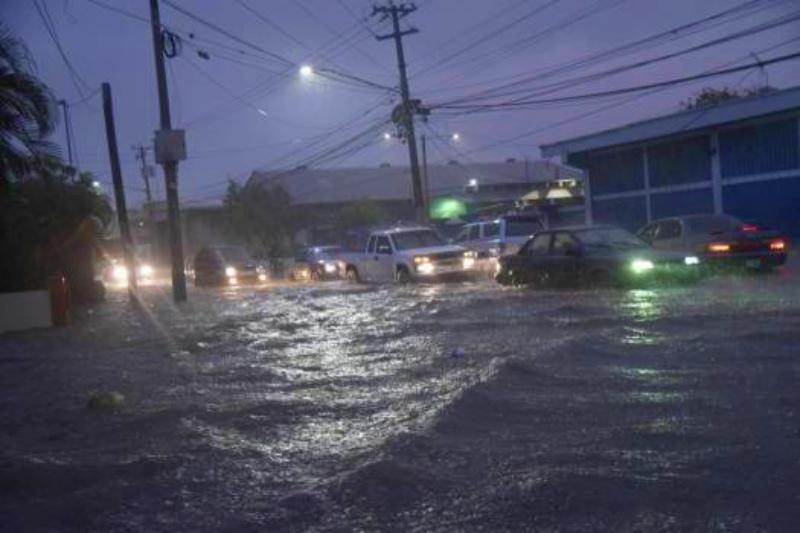 Lluvias inundaron calles y avenidas de Santiago