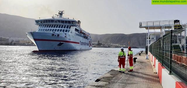 Prueba de atraque del ferry Villa de Teror, de Naviera Armas Trasmediterránea, en el puerto de Los Cristianos
