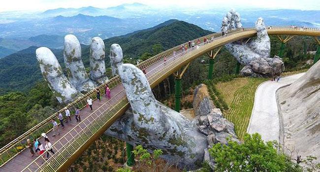 Potret Menakjubkan Jembatan Vietnam Yang Berlapiskan Emas
