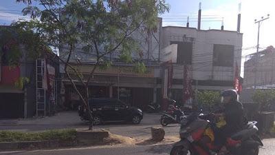 Pembatas Jalan Rusak, Pengendara Motor Menyalahgunakan Fungsi