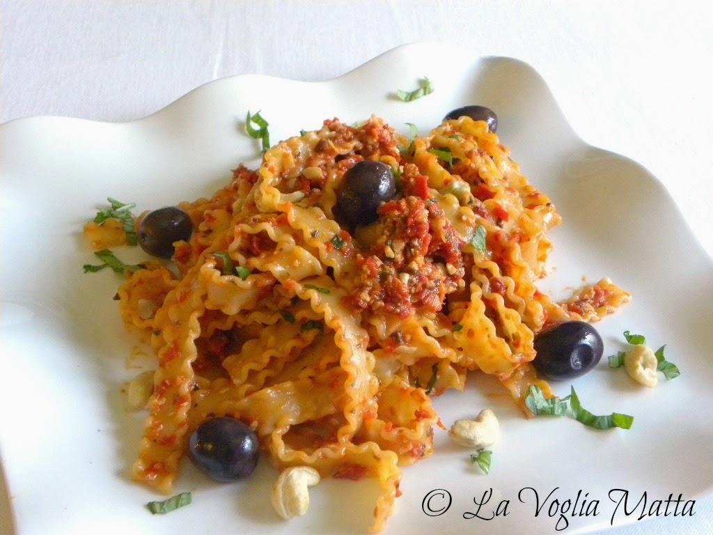 reginette con pesto di anacardi, pomodori secchi e olive kalamata