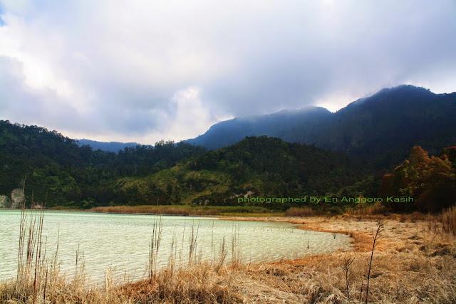 View dari TWA Talaga Bodas ke arah Gunung Galunggung.