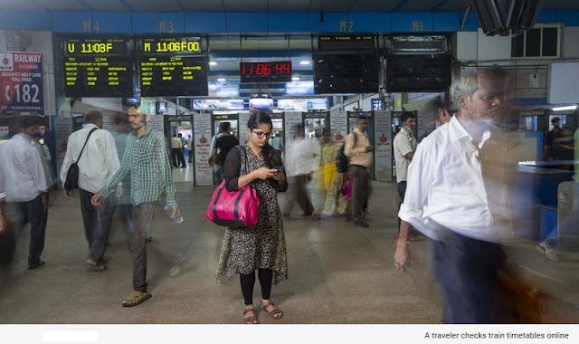 Seorang Traveler Sedang Mengecek Jadwal Kereta Api Secara Online