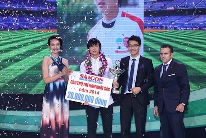 Nguyễn Tuấn Anh nhận giải thưởng Cầu thủ trẻ xuất sắc nhất năm 2014