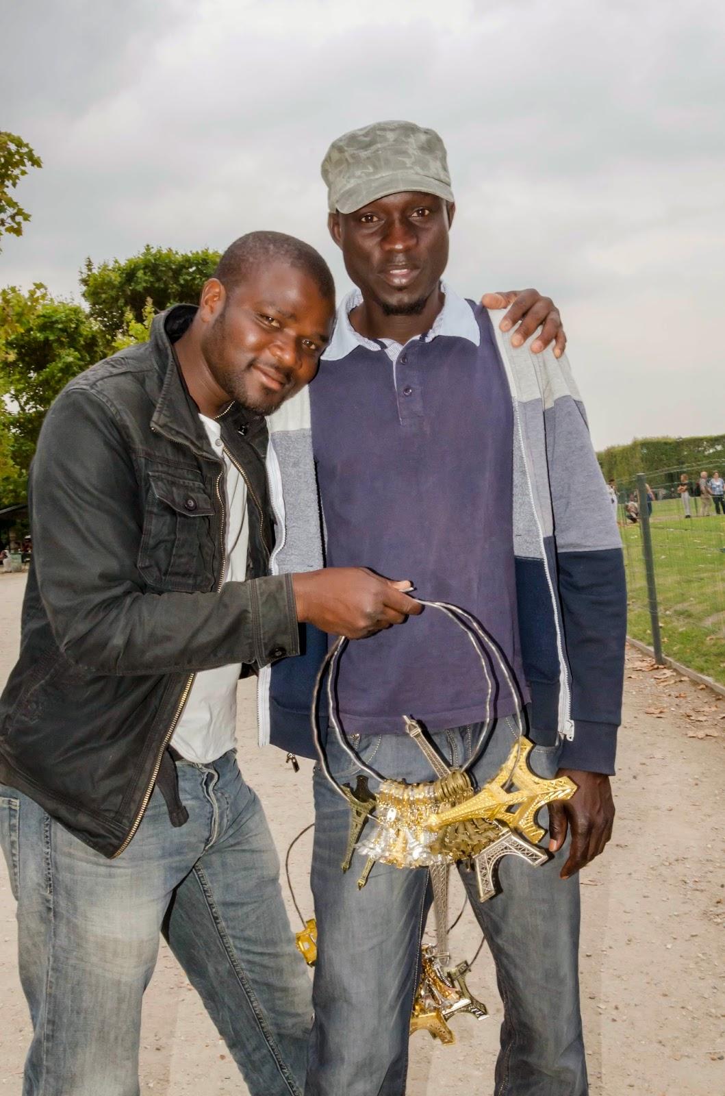 Nigerianos vendendo relicários em Paris