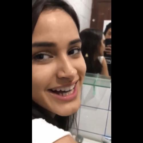 Camila dando o cu no banheiro enquanto os pais estão vendo tv