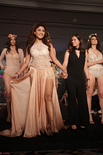 Manjari Phadnis Walks the Ramp At Designer Nidhi Munim Summer Collection Fashion Week (20).JPG