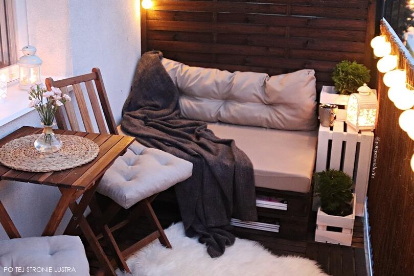 drewniana podłoga na balkonie, balustrada z maty wiklinowej, siedzisko z palet