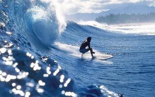 Surfer op hoge golf