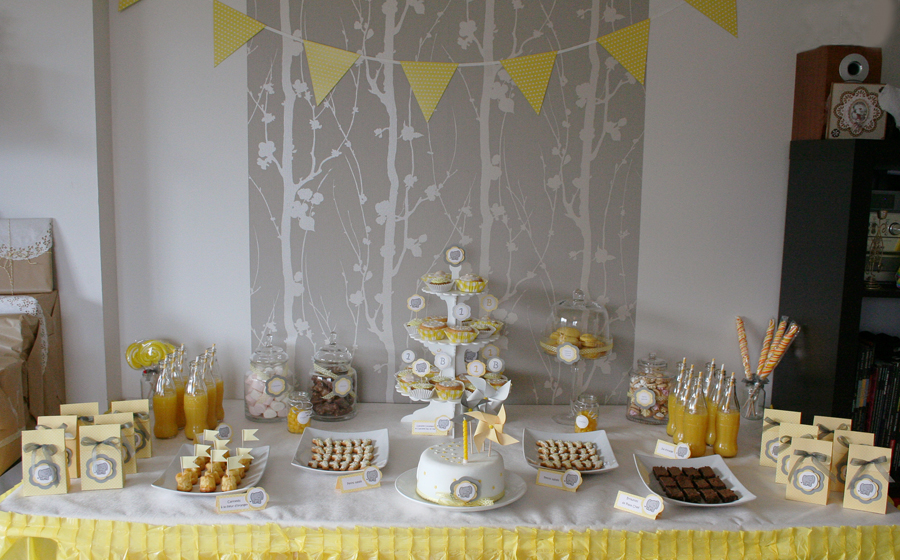 sweet table decoree en gris et jaune, gateau d'anniversaire