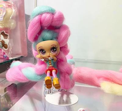 Кукла с длинными волосами из сладкой ваты