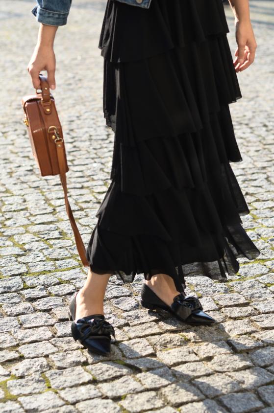 sukienka maxi falbany Zalando, kurtka jeansowa, kapelusz Tkmaxx i torebka vintage, buty Zara