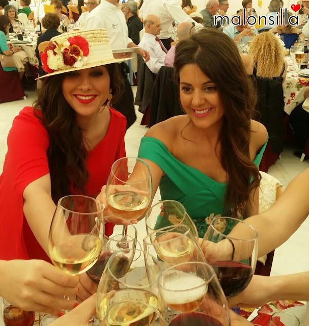 Chicas brindando de boda con vestido verde y vestido rojo con canotier malonsilla