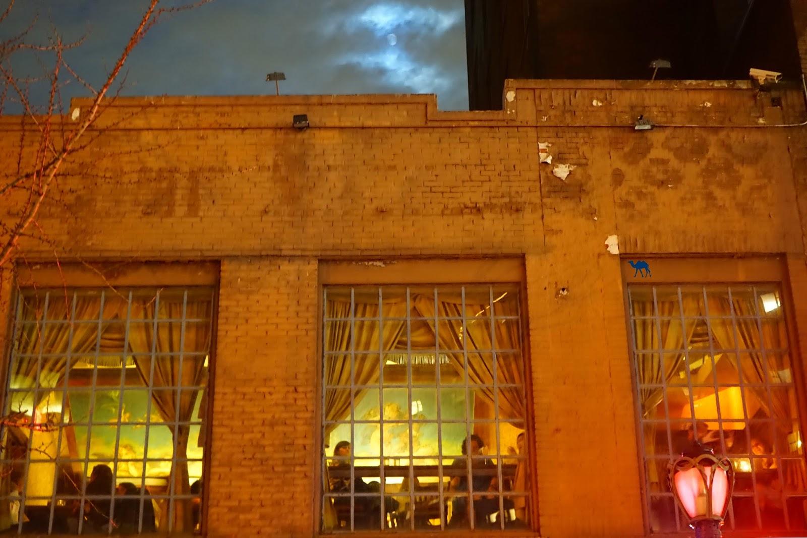 Vue sur le bar Angel's Share depuis  la rue  New York - Le Chameau Bleu