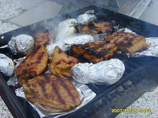 unser Grill bruzzelt in Englewood Florida mit Folienkartoffeln und diversen Fleisch-Leckerein