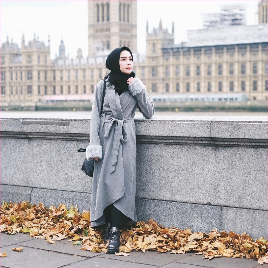 Outfit Baju Traveler Berhijab untuk Keluar Negri Ala Selebgram 2018 cardigan bulu abu muda sneakers boots heels hijab squares renda ciput rajut blouse sweaters pallazo cullotes hitam tote bags ootd outfit trendy london coat