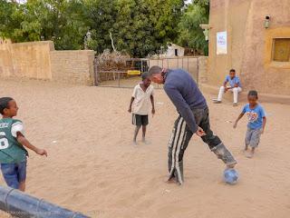 Anche ad Atar si gioca a pallone in strada!
