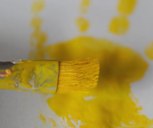 DIY: Mit Wasserfarben Fische aus Handabdrücken zaubern. Leere Stellen im Fisch einfach mit etwas Wasserfarbe nachbessern!