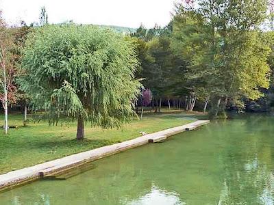 Nacedero del Urederra Prohibición de Bañarse  Ruta de las Cascadas de Baquedano.   El  Nacedero del Urederra también conocido y llamado Nacedero del Rio Urederra o Nacimientos del Urederra, es un paraje naturalístico que atesora una belleza y atractivo especial.  Por esta razón  cautiva, sorprende y agrada a los miles de visitantes que cada año se acercan hasta el Valle de Améscoa, más concretamente al pueblo de Baquedano, perteneciente a la Comarca Turística de Urbasa Estella.  La razón por la cual vienen a recorrer la Ruta de las Cascadas de Baquedano es conocer sus bosques, su Río y especialmente la belleza de sus cascadas.  El Nacedero del Urederra pertenece a la Reserva Natural del Nacedero del Urederra, y es una parte del territorio del  Parque Natural de Urbasa-Andía y Lokiz  Desde este año 2013 toda la superficie de 119 Hectáreas forma parte de  Los Espacios Protegidos del  #TurismoNavarra   y también de las nueva ruta turística de los paisajes de Navarra.
