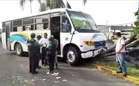 La atropella autobús y le destroza las dos piernas
