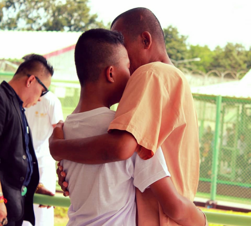 Teen sees dad during field trip to jail, bittersweet reunion makes netizens cry