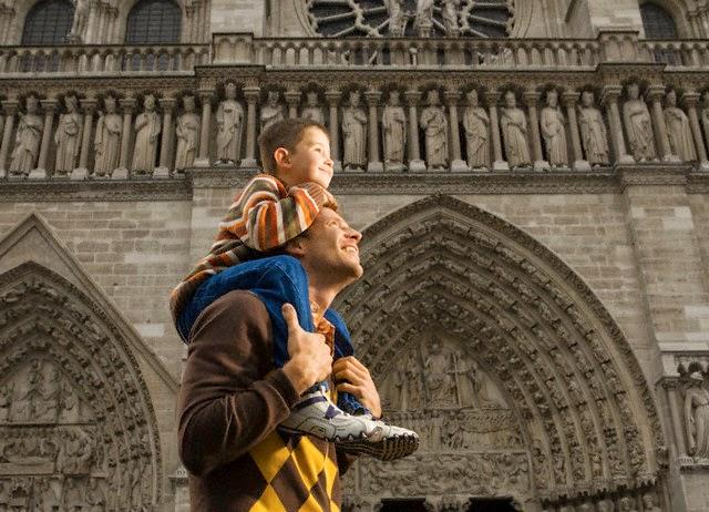 Padre e hijo paseando por la iglesia