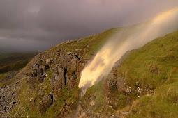 Fenomena Langka, Air Terjun Ini Aliran Airnya Naik ke Atas