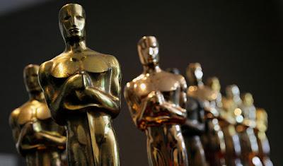 """Sejarah Piala Oscar           Piala Oscar adalah piala yang diberikan pada ajang Academy Awards, sebuah acara pemberian penghargaan film paling prestisius serta paling populer di dunia. Piala Academy Award dinamai Oscar ketika seorang pustakawan Academy Margaret Herrick melihatnya di sebuah meja dan mengatakan, """"kelihatan persis seperti pamanku Oscar!"""". Nama tersebut tetap melekat dan kini digunakan seumum nama Academy Award sendiri, bahkan oleh pihak Academy sendiri. Bahkan situs web Academy menggunakan nama oscars.org dan situs web Penghargaan Academy Award adalah www.oscars.com  Academy Award bermula di Hollywood sekitar tahun 1927 dan merupakan suatu acara pemberian penghargaan atas kerja keras anggota Academy Motion Picture Arts and Sciences (AMPAS), yaitu asosiasi professional pekerja film di Amerika. Kelompok ini memerlukan semacam piala untuk acara pemberian hadiah saat makan malam. Diceritakan, pada saat itulah istilah Oscar muncul. Seorang pembuat patung dari Los Angeles melihat sebuah patung ksatria yang berdiri di atas gulungan film dengan pedang di tangannya. Patung ksatria pertama kali dibuat menggunakan perunggu. Dan sekarang Oscar terbuat dari logam campuran, britanium, dan dilapisi emas dengan tinggi 34,3 cm dan beratnya 3,8 kg.  Alasan mengapa Oscar yang dipakai sebagai nama dari piala penghargaan tersebut masih belum jelas."""