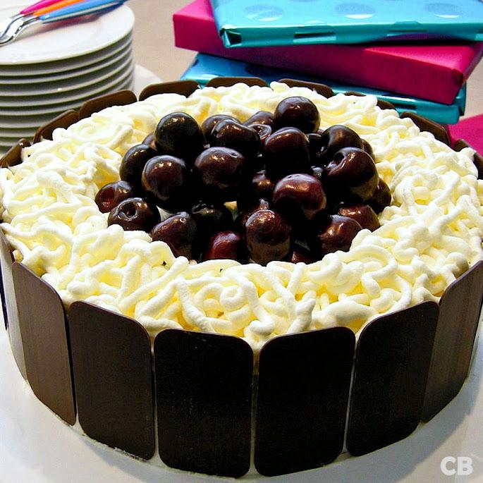Chocoladetaart met verse kersen, slagroom en Kirsch
