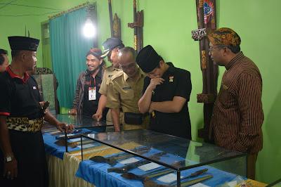 H. Moch. Nur Arifin Wakil Bupati Trenggalek Kunjungi Pameran Pusaka Tosan Aji Trenggalek
