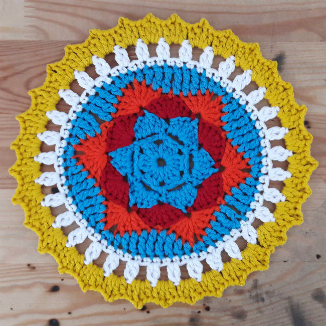 Free crochet pattern: sunny mandala | Happy in Red