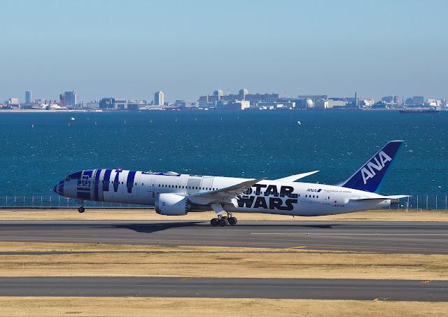 全日空 BOEING 787-9 JA873A STARWARS特別塗装機(R2D2)の写真