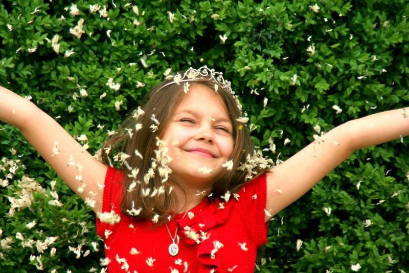 dziewczynka ciesząca się życiem