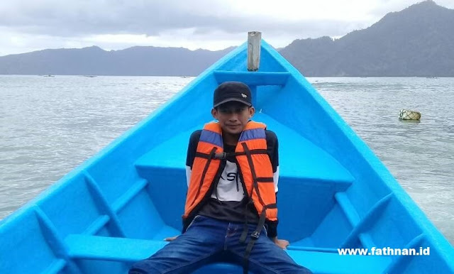Menikmati Lautan biru di atas perahu