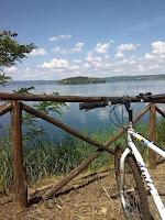 In bicicletta per arrivare al lago