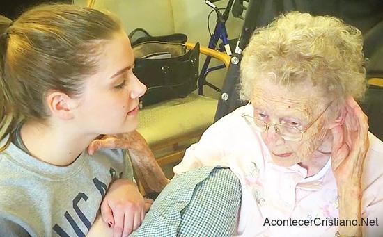 Mujer canta himno cristiano a su bisbuela con Alzheimer