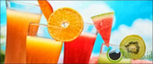 Minum jus buah