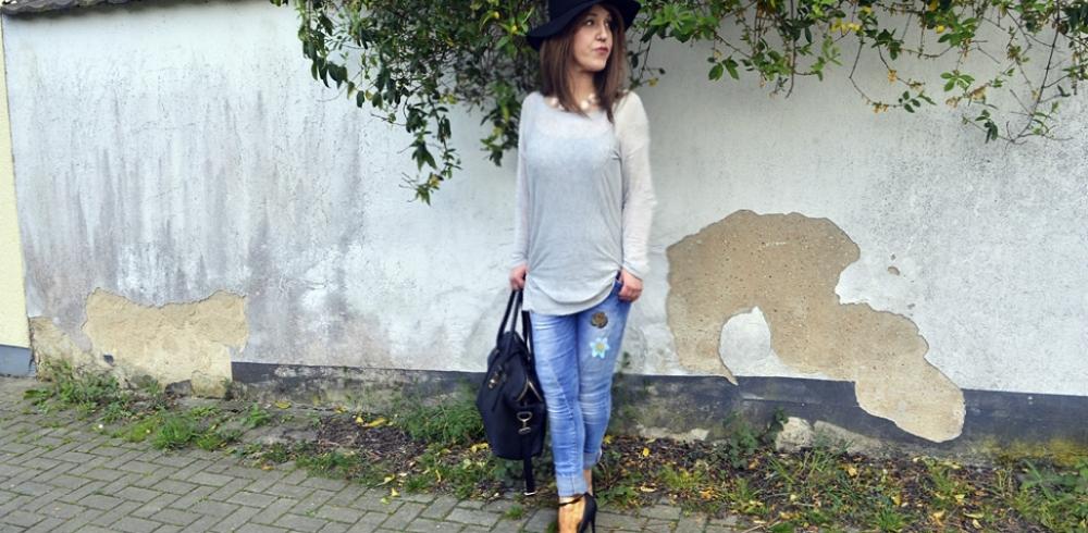 Outfit Casual Chic mit Mavi Slim Fit Jeans, Platform High Heels und grauem Oversize Pullover