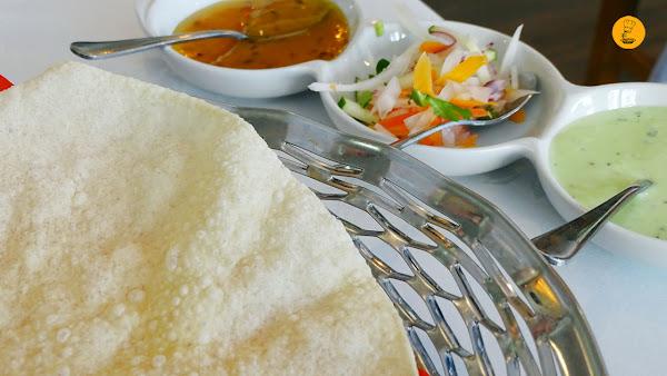 Papadum acompañado de salsa de menta, yogur y ajo, mango y un picado de verduras en Shampan Indian Madrid