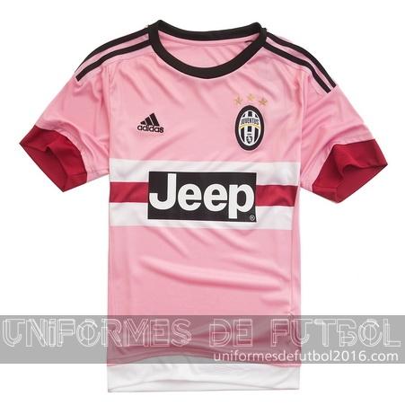 El frontal del nuevo visitante para uniforme del Juventus 2015 16 de  distancia cuenta con un panel con dos blancos y una raya de color rosa 9bde34c78e52f