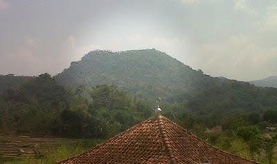 Papatah Eyang Ruwi Anu Makamna di Gunung Golempang Darmaraja