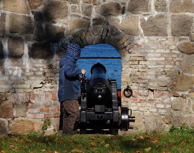 Bornholm mit Kindern im Herbst. Teil 3: 10 tolle Ausflugsziele für Familien auf Dänemarks Sonneninsel. Auf den Erbseninseln gibt es zwei Spielplätze für die Kinder. Die Festungsanlagen auf Christiansö kann man bei einem Tagesausflug ausgiebig besichtigen.