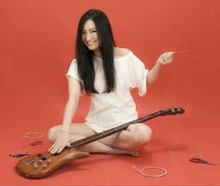 Kiyoshi bajista japonesa con Marty Friedman