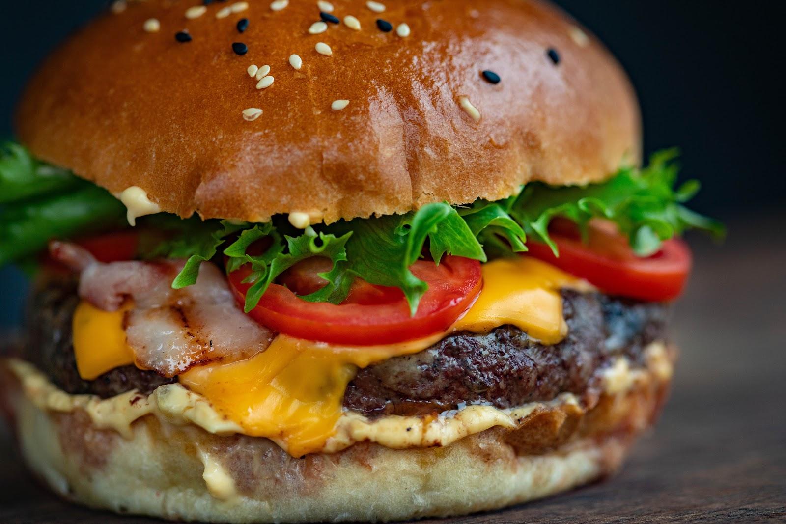 レタスとトマトとチーズが挟まったハンバーガー