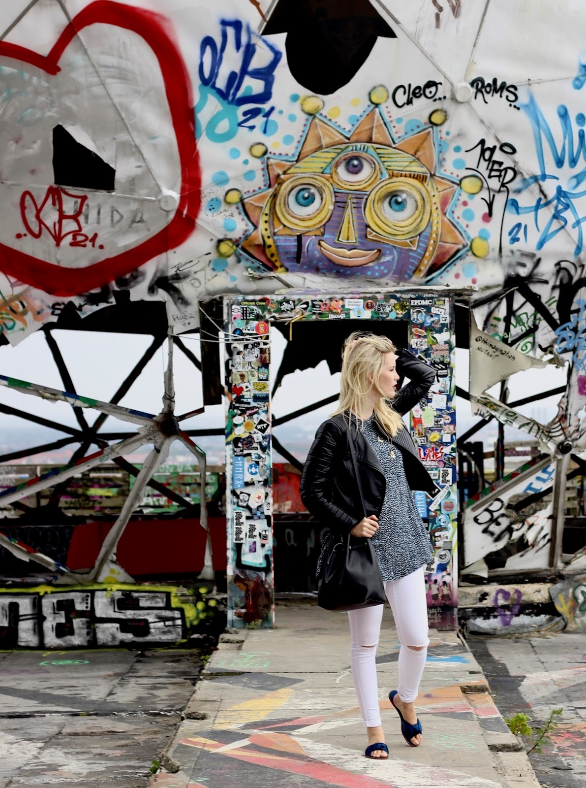 Teufelsberg Berlin Sightseeing Lost Places Outfit Dress over Pants und Slippers Zara Satin